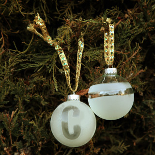 DIY Etched Monogram Ornaments from www.alyssaandcarla.com
