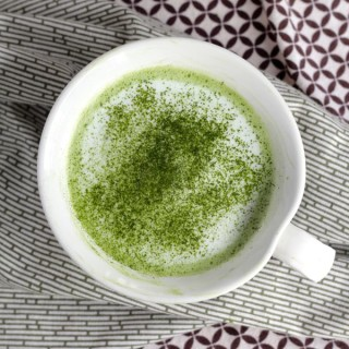 easy matcha latte from www.alyssaandcarla.com