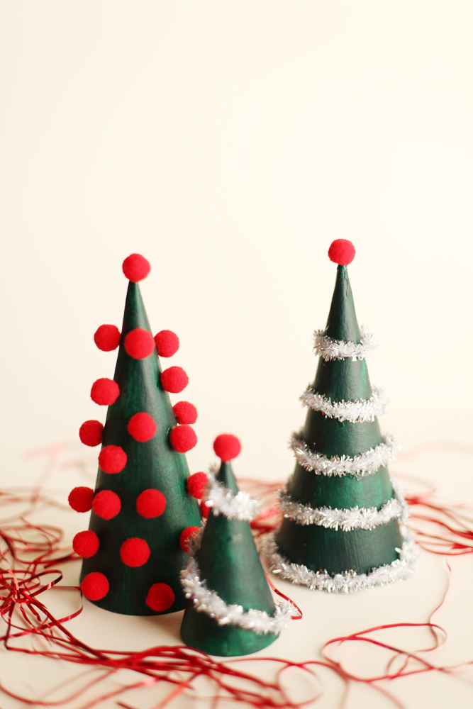 Diy modern christmas tree decorations alyssa and carla for Modern christmas decor