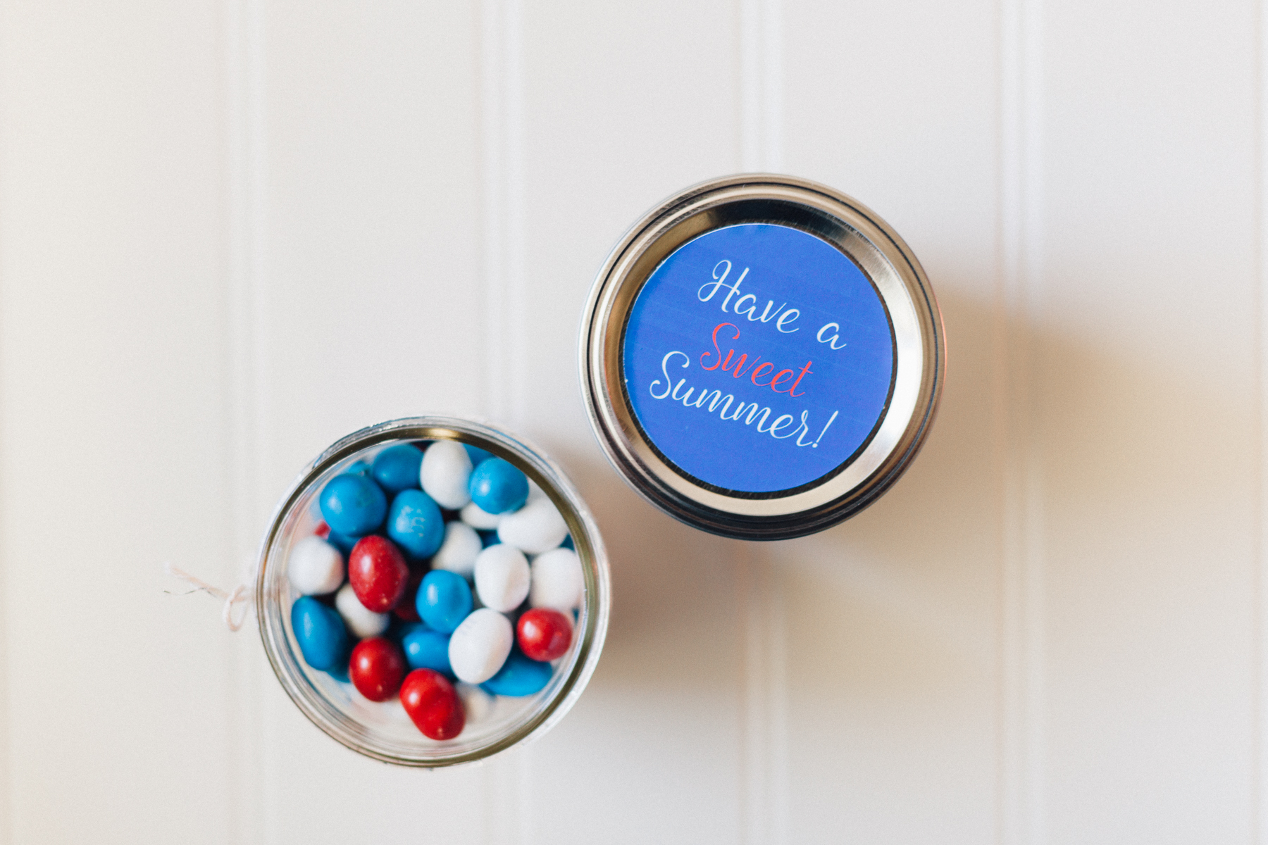 Ready to send sweet summer wishes to your loved ones? This FREE printable turns a mason jar an excellent gift! | Alyssa & Carla